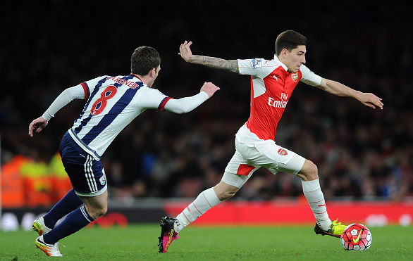 Bellerín (far right) advances past Craig Gardner as he drives forward into an advanced attacking role. | Photo: Getty