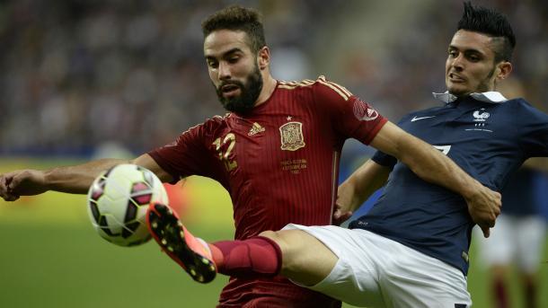 Carvajal pugna un balón contra un adversario francés | Foto: sefútbol