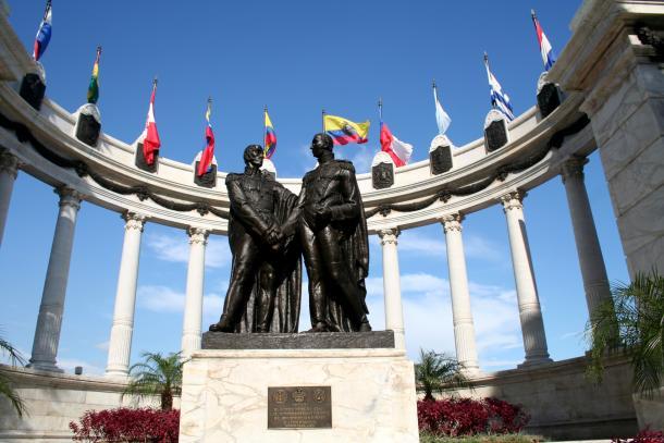 Estátua de Simon Bolívar e San Martín, no Equador (Foto: AFP)