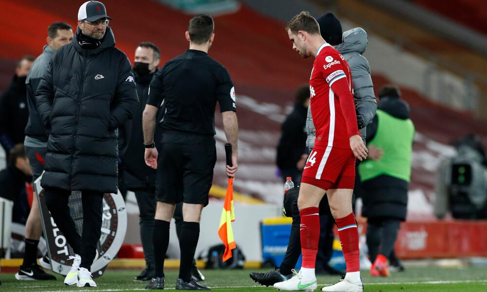 Henderson se retira lesionado / Foto: Liverpool
