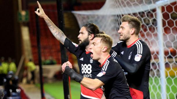 Los futbolistas del Forest celebran un tanto de Lansbury. Foto: Nottingham Forest