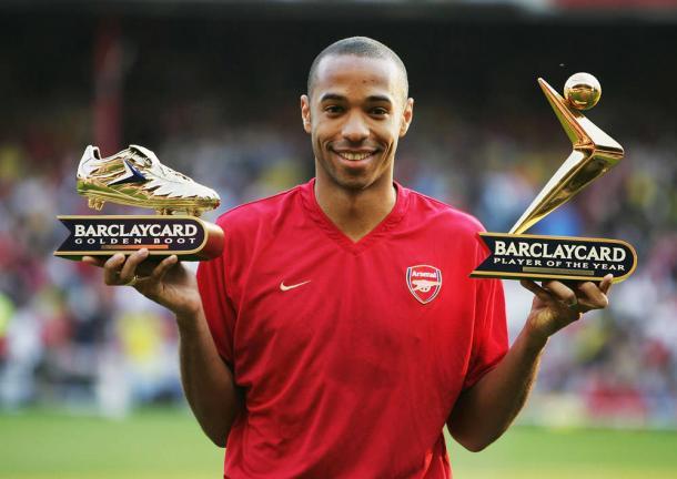 Henry posa con el trofeo de máximo goleador | Fotografía: Arsenal