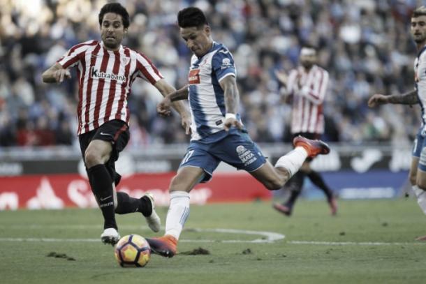 Hernán Pérez se dispone a golpear el balón | Fotografía: RCD Espanyol