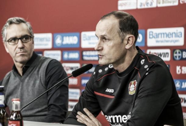 Herrlich respondiendo a la prensa   Foto: @bayer04_es