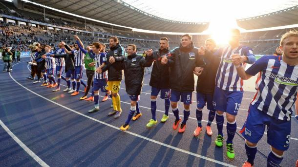 The Hertha players celebrate with the Ostkurve at the Olympiastadtion (Source: BZ-Berlin.de)