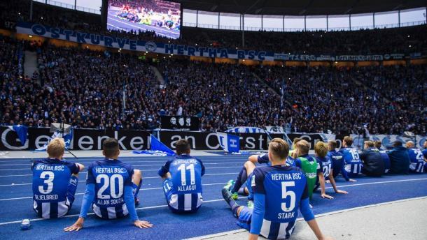 Jogadores lamentam atitude negativa da torcida em partida contra o Colônia (Foto: Odd Andersen/AFP/Getty Images)