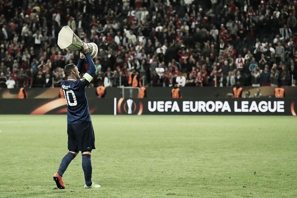 Ao entrar em campo, Rooney foi muito ovacionado pela torcida do Man Utd (Foto: Matthew Ashton/AMA/Getty Images)