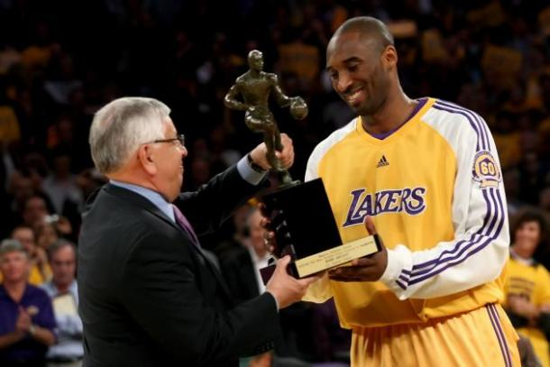 Kobe recebendo pela primeira vez seu prêmio de MVP da temporada da NBA (Foto: Getty Images)
