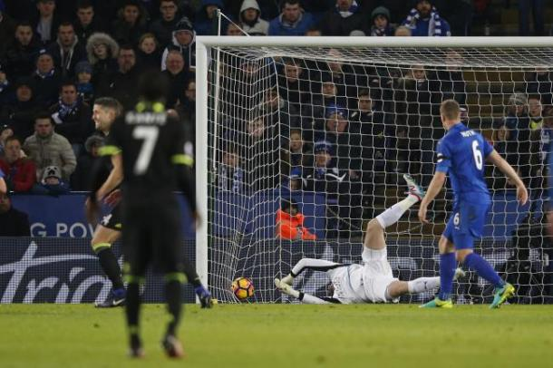 Kasper Schmeichel is unable to save the shot from entering his goal. | Photo: Getty Image/Adrian Dennis