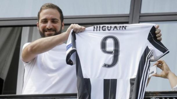 Gonzalo Higuain il giorno dell'arrivo a Torino.   agoramagazine.it.