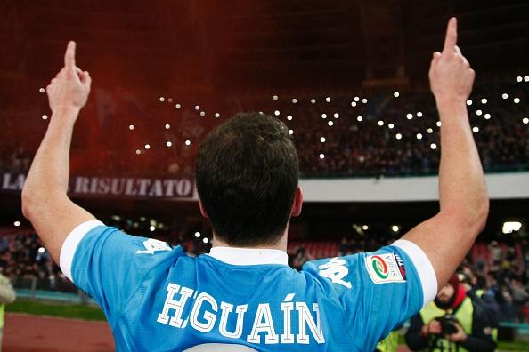 A trajetória de Higuaín no Napoli alçou os céus... (Foto: Carlo Hermann/AFP/Getty Images)