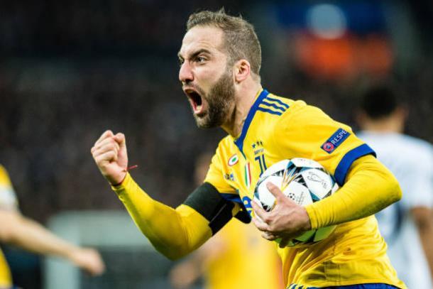 Empatou, pegou a bola, correu para o meio e deu passe para a virada. Gonzalo Higuaín contra o Tottenham (Foto: MB Media/Getty Images)