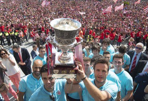 Los jugadores ofreciendo el título ante su afición en el ayuntamiento | Foto: athletic-club.eus