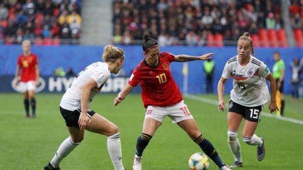 Jenni Hermoso frente a dos jugadoras alemanas / Foto: FIFA