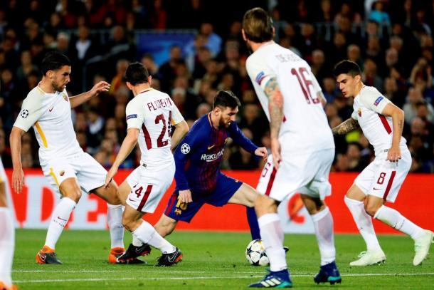 Messi cercado por jogadores da Roma | Foto: Getty Images