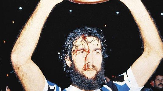 (Com sangue no rosto, Hugo de León ergue a taça/Foto: Zero Hora)