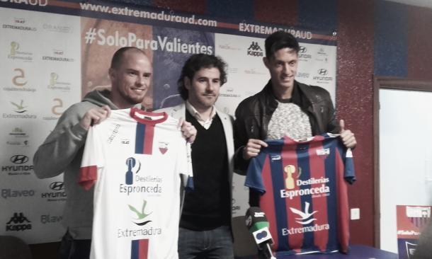 Hume (izquierda) y Montelongo (derecha) junto al director deportivo Ángel Becerra.   Foto: Carlos Gómez