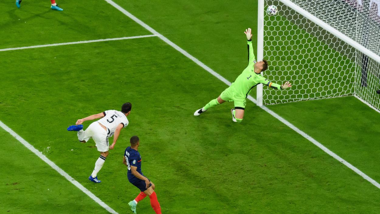 Mats Hummels metiendose el gol en propia. Foto: The Times
