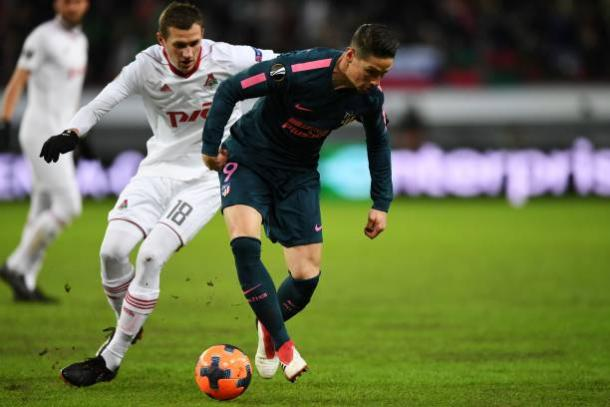 Torres briga pela bola | Foto: Kirill Kudryatsev/AFP/Getty Images
