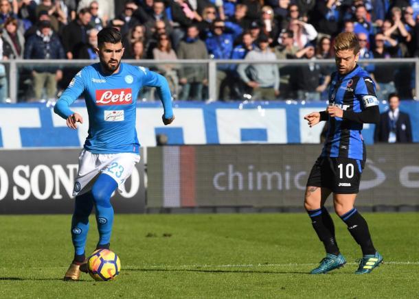 Il duello tra Hysaj e Gomez - Foto Napoli Twitter