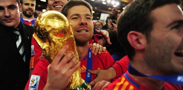 Xabi Alonso sujeta la Copa del Mundo 2010 de Sudáfrica. Foto: @FIFAcom
