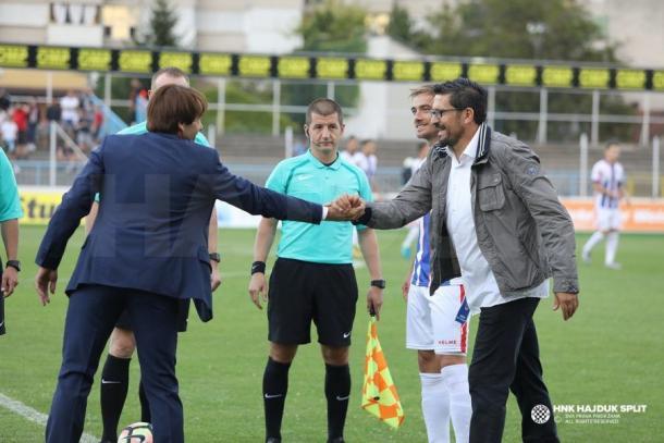 Iñaki Alonso saluda al entrenador del Hajduk Split. / Foto: HNK Hajduk Split