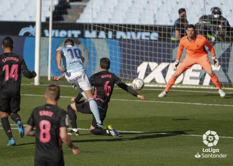 Iago Aspas chuta a puerta ante la oposición de Nacho | Imagen: LaLiga
