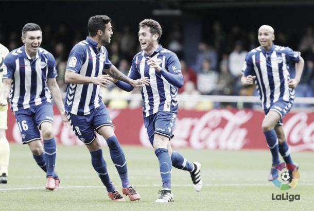 Ibai celebra su gol con Deyverson corriendo tras él. Foto: La Liga