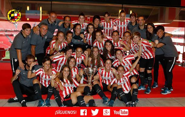 Las jugadoras del Athletic posan con el trofeo de campeonas en San Mamés | Foto: rfef.es