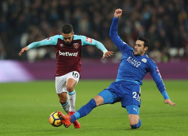 Iborra pugna un balón con un jugador del West Ham   Foto: Premier League