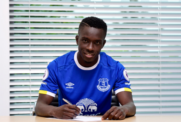 Gueye puts pen to paper on his switch to Everton. | Photo: Getty