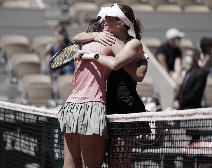 El abrazo entre dos buenas amigas al final del partido Foto Cédric Lecocq / FFT