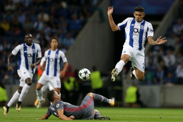Soares ed Adriano in azione durante la partita | iha.tr.com