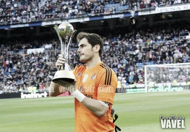 Iker Casillas muestra al Santiago Bernabéu el trofeo del Mundial de Clubes 2014 | Foto: VAVEL