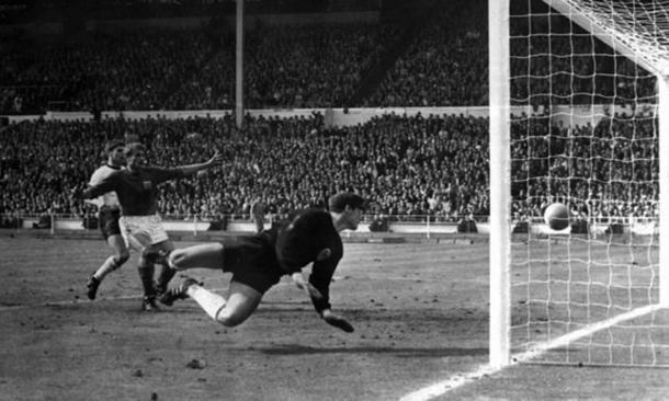 il gol non gol di Hurst nella finale di Wembley del 1966. Fonte: Il Secolo XIX