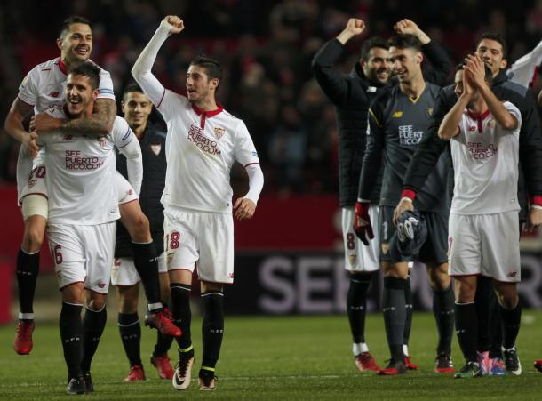 I giocatori del Siviglia esultano dopo la grande vittoria sul Real Madrid