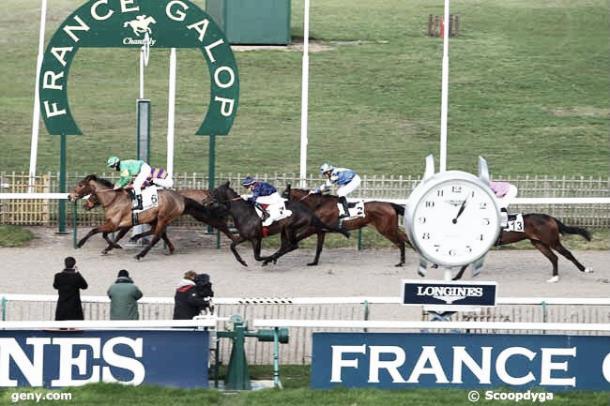 Zone Regard cruzando la línea de meta y dandole la primera victoria del año a Mauri Delcher en el hipódromo de Chantilly. / Fuente: Hipodrome de Chantilly.