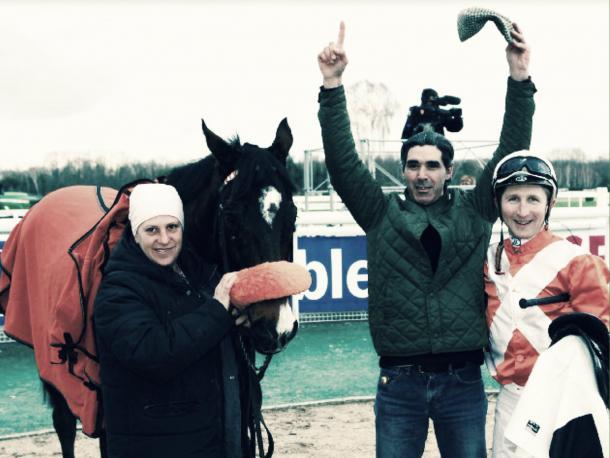El equipo de Andrés Carabajal celebrando y dedicando la victoria junto a Prince Dino. / Fuente: Hipodrome de Pau.