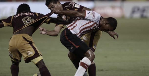 Yimmi Chará y David Silva disputando la pelota | Fuente: El Heraldo.