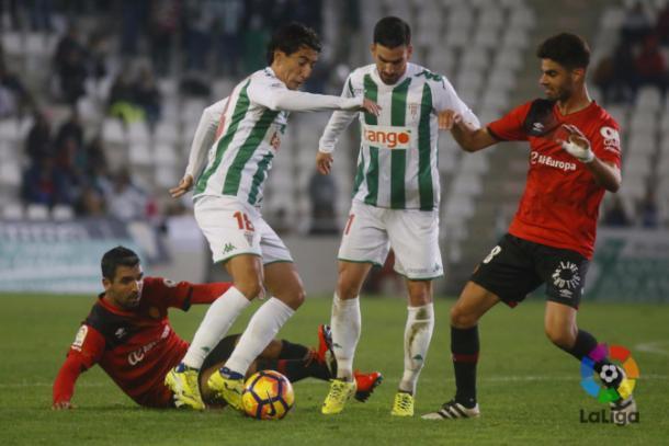 Pedro Ríos y Alejandro Alfaro disputan un balón con Juan Domínguez y Culio | LaLiga