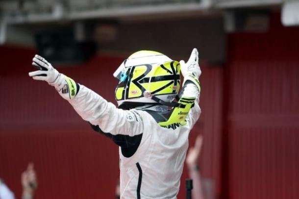Jenson Button festeggia il titolo nel 2009 (foto: da web)