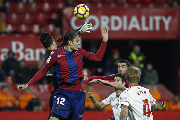 Disputa del balón (Foto: levanteud.com)