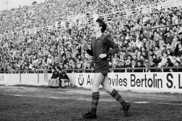 Johan Cruyff saltando al césped del Ciutat de Valencia. Un hito que cabe remarcar en la historia del Levante Unión Deportiva / Fuente: Levante Web Oficial
