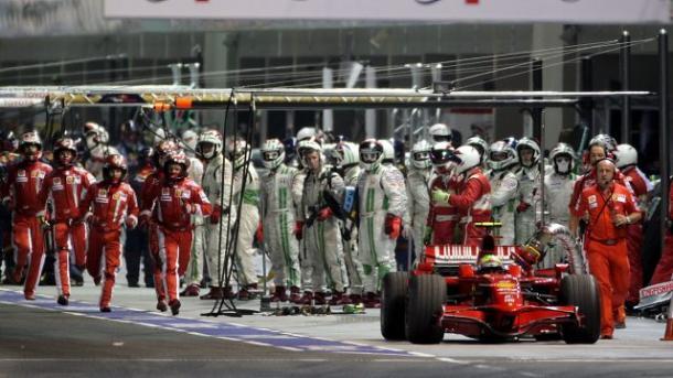 Massa riparte con la pompa della benzina ancora attaccata. Fonte foto: formula1.com