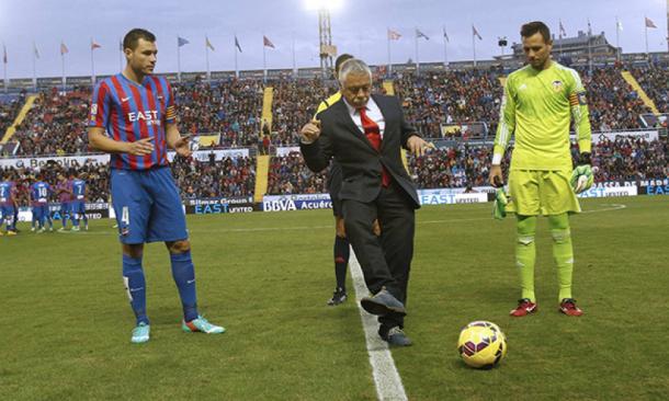 Caszely recibió un homenaje de la grada del Ciutat de València en su visita a la entidad de Orriols en 2014 / Fuente: Levante Web Oficial