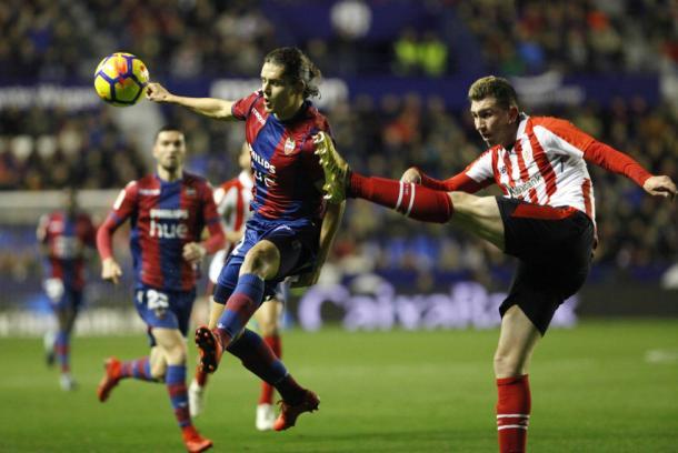 Disputa del balón (Foto: levanteud.com)