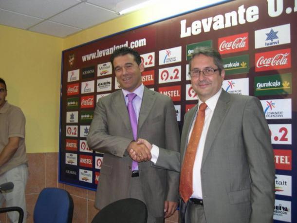 Luis García en su presentación como mister del Levante. Fuente: levanteud.com