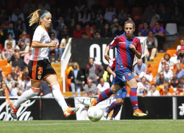 Zornoza conduce el balón en el encuentro entre Valencia y Levante disputado en Mestalla. Foto: LevanteUD