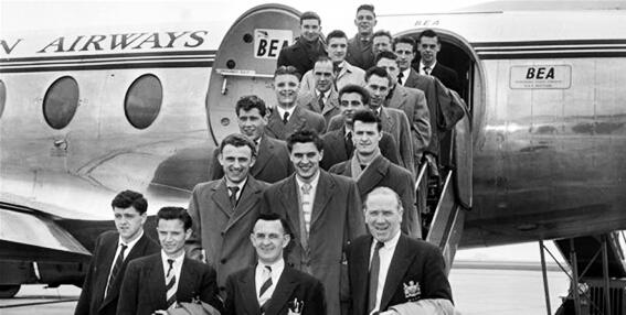 Los miembros del Manchester United antes de coger el avión con el que tendrían el accidente | Foto: El Gráfico