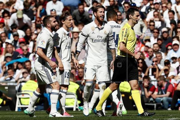 De Burgos dirigiendo al Real Madrid